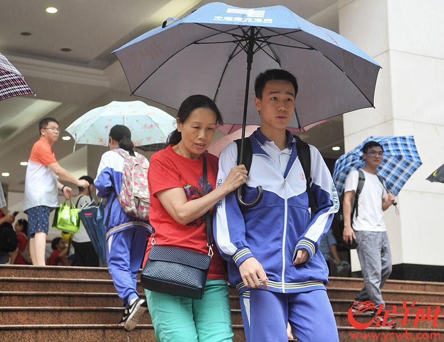 2018年6月7日,广州市第十六中考点,考生走出考场 金羊网记者 汤铭明 摄