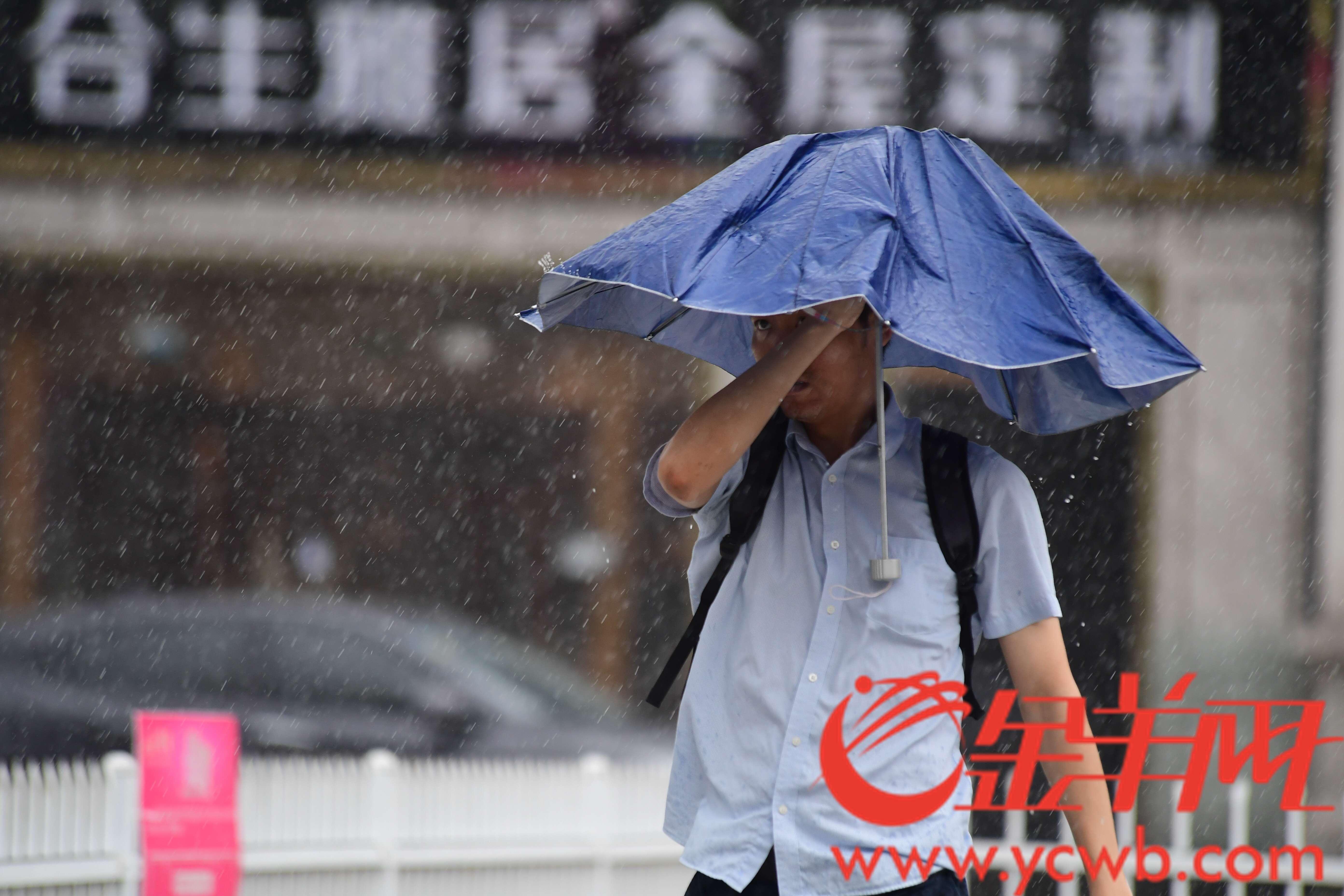 今天广州城区一直在下雨,城市的人被雨包围着。  金羊网记者 邓勃 摄