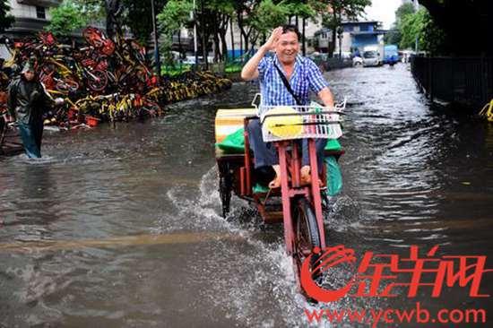 今天中午,黄沙水产市场西猪栏、丛桂路等附近几条路被水淹没。  金羊网记者 邓勃 摄