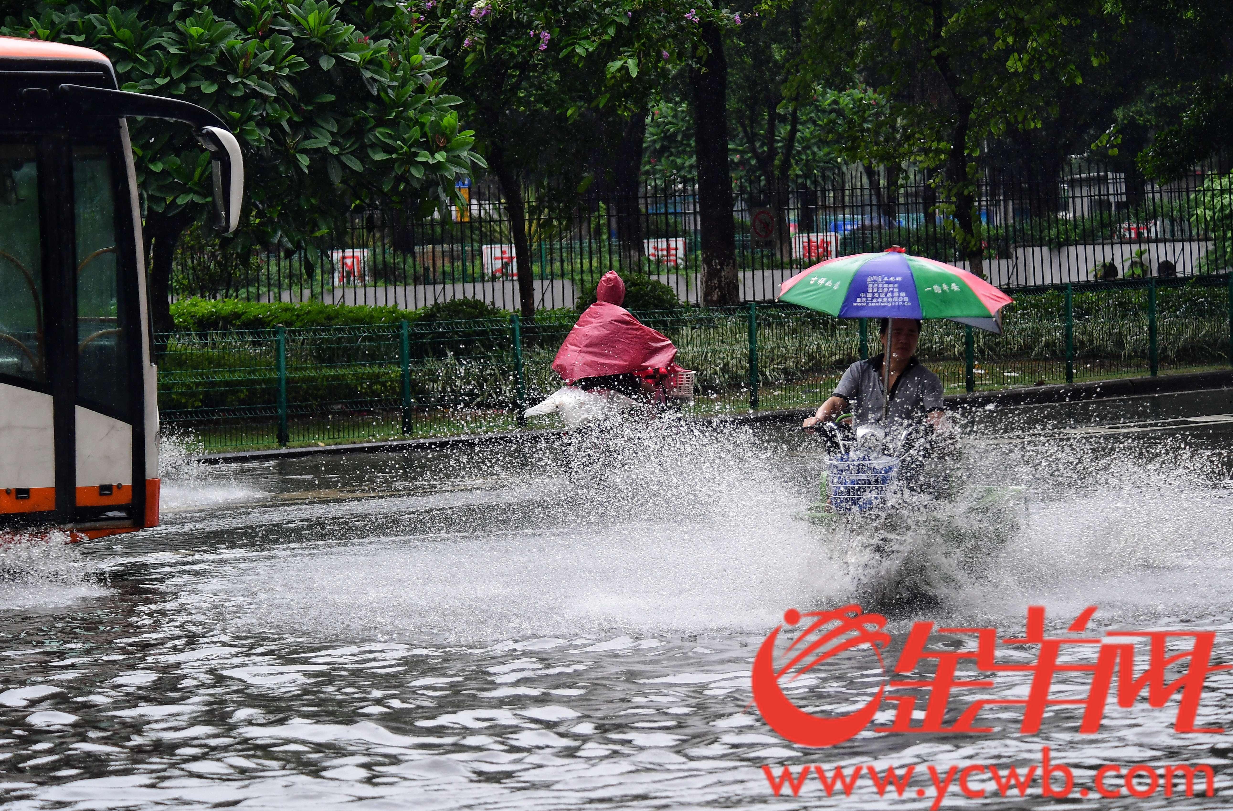 今天广州城区一直在下雨,城市的人被雨包围着。金羊网记者 邓勃 摄