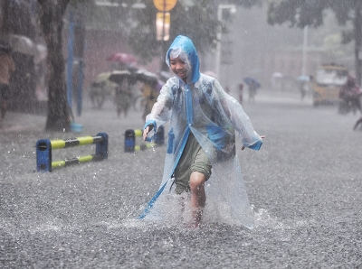 """广州暴雨多处""""水浸街""""  有市民淡定出门买菜"""
