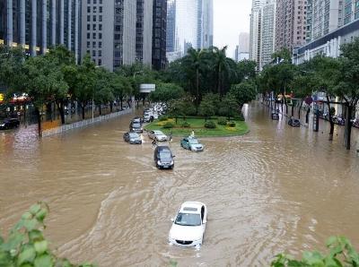 """台风""""艾云尼""""携雨袭广州"""