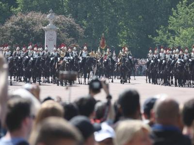 英女王生日庆典隆重 英国民众观礼踊跃