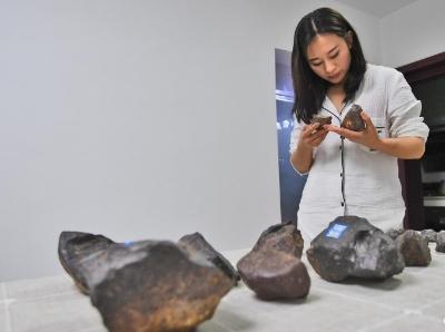 贵阳女孩5年穿越戈壁百余次 捡回600多颗陨石