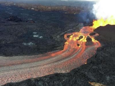 夏威夷基拉韦厄火山持续喷发 卡波霍湾熔岩肆流