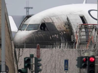 德国一架客机着火 驾驶舱受损10人受伤