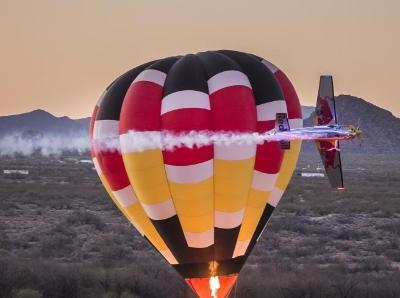 艺高人胆大 冠军飞行员绕热气球飞行炫特技