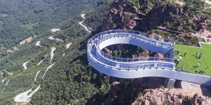 世界最长高空玻璃环廊建成 伸出悬崖30米
