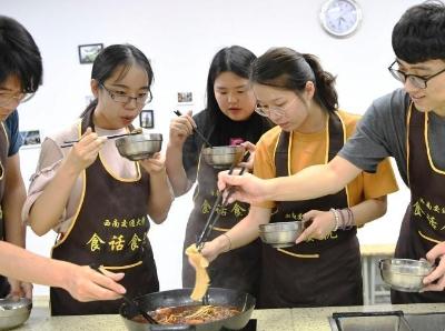 学生吃着火锅就能修学分?这样的大学请给我来一打