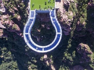 世界最長高空玻璃環廊建成 伸出懸崖30米