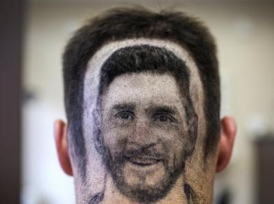 """理发迎接世界杯 梅西粉丝将偶像笑脸""""抛在脑后"""""""