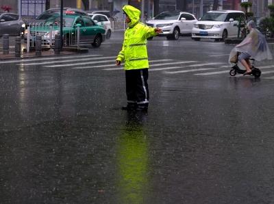 暴雨袭广州,他们雨中身影最可爱