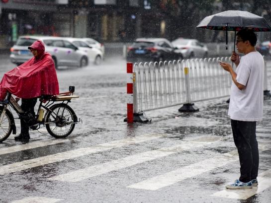 沙龙salon36_沙龙国际salon36_salon36.com客户端今日遇雷雨天气 市民在雨中穿行