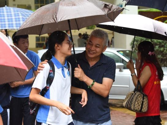 深圳中考恰逢大雨 家长雨中接孩子