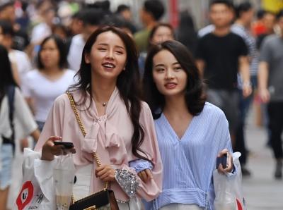 """广州天气""""热力逼人"""",街头美女清凉逛街"""
