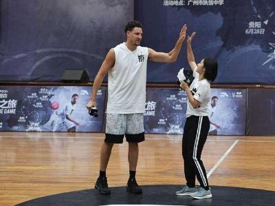 NBA勇士队篮球明星汤普森到访执信中学 现场与同学们互动篮球技艺