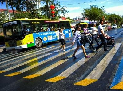新疆乌鲁木齐街头现3D立体彩色斑马线