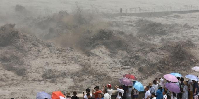 黄河之水天上来 小浪底水库泄洪场面壮观