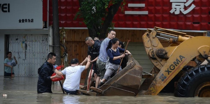 成都消防动用挖掘机皮划艇转移被洪水围困群众