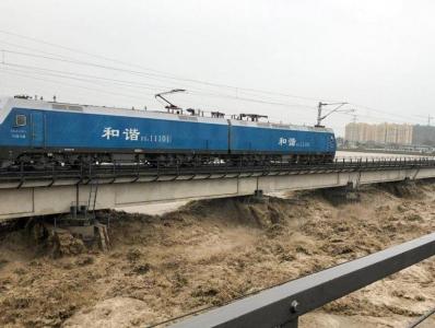 """洪水冲击四川涪江大桥 两列数千吨火车""""压梁""""抗洪"""