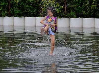 雨洒羊城降降温,一摊积水玩开心