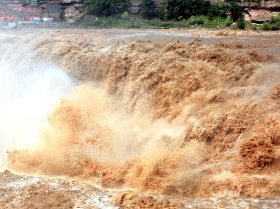 强降雨致水量增大 黄河壶口瀑布成群气势磅礴
