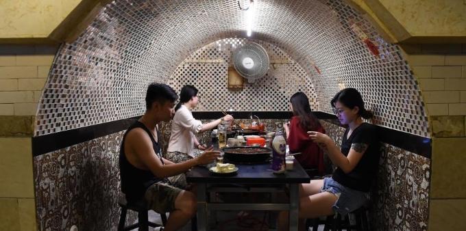 重庆民众防空洞内吃火锅消暑