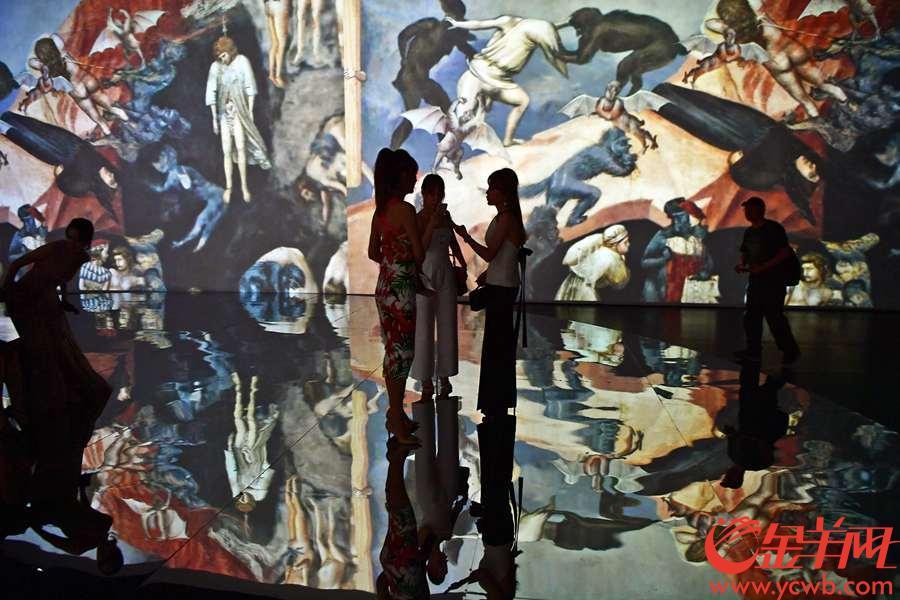 """7月20日, 由尚天河文化季组委会与广州艺立文化科技有限公司联合主办的""""文艺复兴2018——意大利沉浸式多媒体艺术展""""迎来了盛大而隆重的开幕仪式 。作为尚天河文化季精品项目,""""文艺复兴2018""""在筹备期就引来各界人士广泛而热烈的讨论与关注。</p>  <p>  本次展览意在带领观众探索意大利文艺复兴,通过科技和艺术的结合带给观众沉浸式体验,实现从艺术到心灵的交流""""From Art To Heart""""。</p>  <p>  进入整个文艺复兴探索旅程的高潮处,在充满教堂建筑元素的沉浸式展厅里,半圆形的屏幕与象征着穹顶的圆形屏幕天花板上交相辉映。栩栩如生的图像似乎在向我们展现那段人类文化艺术史中最灿烂辉煌的篇章。从被认为是文艺复兴绘画先驱的乔托开始,最重要艺术家的作品在照明和色彩效果上变得更加有生气,使观众进入一种独特的兴奋状态和沉浸式的体验当中。房间中心巨大的圆形镜子,放大了作品的美感和吸引力,在穹顶和地板之间创造了视觉对话。</p>  <p>  被称为""""文艺复兴遗址""""的镜屋也相当有特色:艺术作品被投影在两面相对的墙壁上,回到了它们原来所放置的城市环境和主要博物馆内,而这些城市凭着自身的魅力也成为了艺术作品。阿西尼城、佛罗伦萨、乌菲齐美术馆,还有罗马和梵蒂冈博物馆,观众们可以拥有全方位360度的沉浸式体验,仿佛置身于意大利最重要的博物馆和城市中。金羊网记者 邓勃 摄影报道。"""