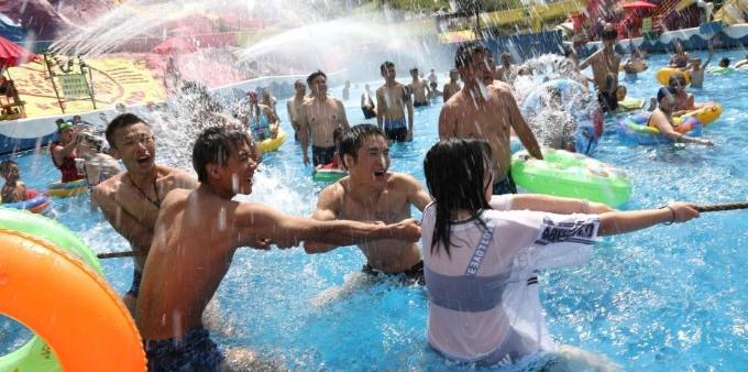 重庆发布高温红色预警 民众水中拔河赛消暑