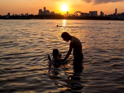 武汉持续高温 市民水中纳凉消暑
