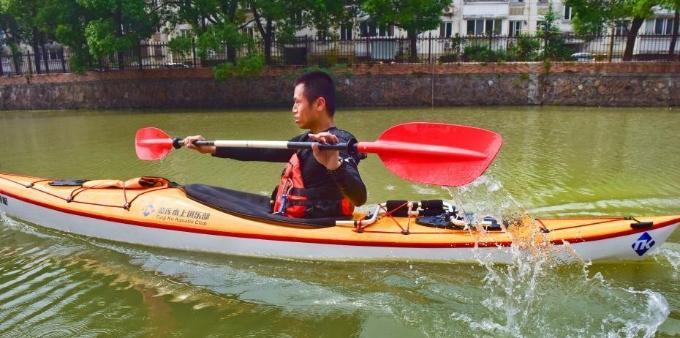 独特通勤路 浙江一体育老师每天划皮艇去上班