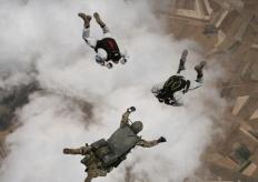 云端飞翔!直击土耳其特种部队士兵参加跳伞训练