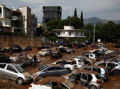 """希腊火灾后又遭山洪""""洗劫"""" 多辆沙龙国际网站泡在泥汤里"""