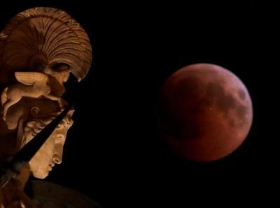 """""""火星""""与""""血月""""完美邂逅 天际上演别样星月夜"""