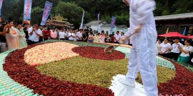"""数千人分食2吨重巨无霸""""龙虾啤酒拼盘"""""""