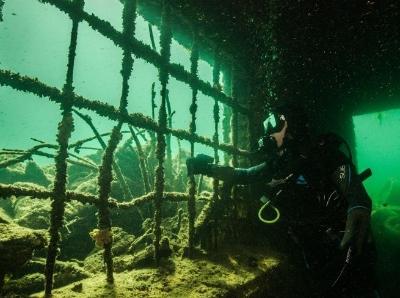 潜水员探秘水下监狱 阴森诡异如电影场景