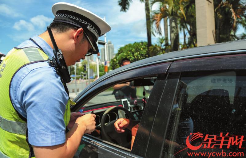 """深圳:市民举报""""开车打手机""""每宗奖励100元"""