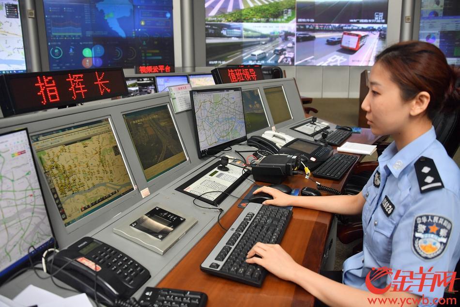 """2018年8月1日,广州""""开四停四""""措施。广州市交通警察智能指挥中心的电子警察系统,正对控制区的道路内行驶得外地号牌车辆进行监控。 记者 黄巍俊 摄"""