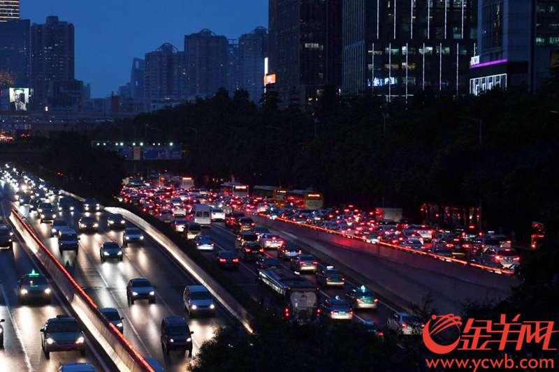2018年8月2日,广州开四停四正式执法第二天18时许,广州大道中五羊新城路口,东行和北行车流依然繁忙。 金羊网记者 周巍 摄