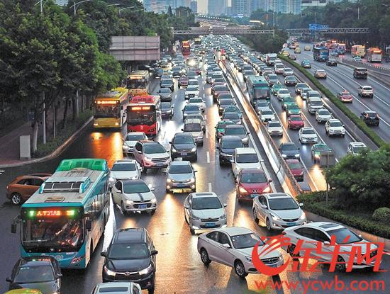 """广州""""开四停四""""执法第二天晚高峰,广州大道中五羊新城路口,东行和北行车流依然繁忙"""