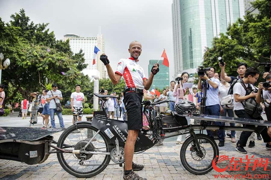 """2018 年是广州与法国里昂市缔结友好城市关系 30 周年。 为宣传环保创新理念,传播中法友谊,""""一带一路:太阳之旅"""" 里昂至广州跨欧亚大陆自行车拉力赛于 6 月 15 日从里昂出发, 由 40 名选手骑行太阳能自行车穿越 """"一带一路""""沿线 10 多国,完成长达 1.2 万公里的征途, 陆续抵达终点广州。其中,来自比利时的 Raf Van Hulle成为在 45 天内仅凭自行车横跨欧亚大陆的第一人。2018年8月3日早,他抵达广州人民公园,完成抵达终点仪式。 金羊网记者 宋金峪 摄"""