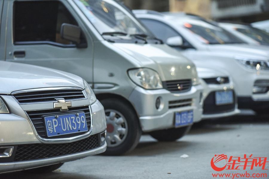 2018年8月5日,广州市海珠区富基路周边的一个露天停车场,据记者现场观察,已经接近饱和的停车场共停了60辆小汽车,其中有10辆是外地车。 金羊网记者 周巍 摄