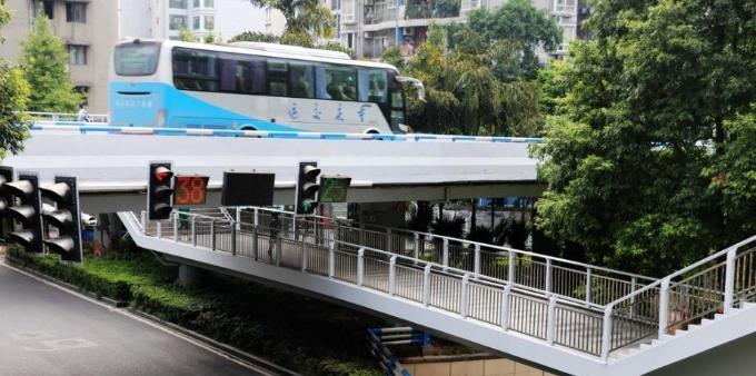 """重庆这座天桥有点""""凹"""" 人在桥上走车从头顶过"""