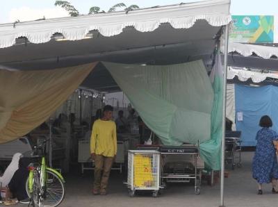 印尼龙目岛7级地震重伤员在医院帐篷接受救治