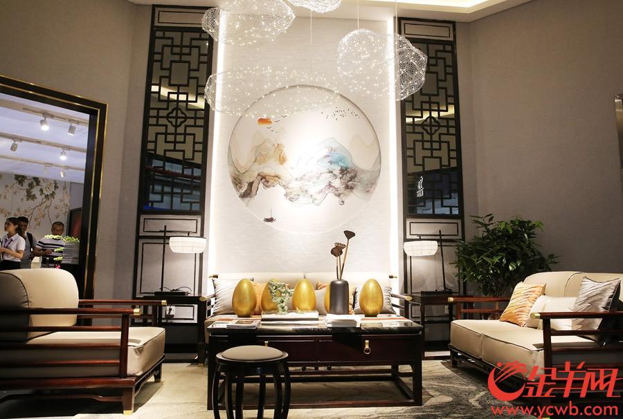 中式家具参展商连背景都极具特色。沙龙国际网站记者 王俊伟 摄