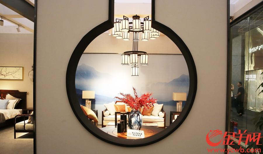 中式家具展位。沙龙国际网站记者 王俊伟 摄