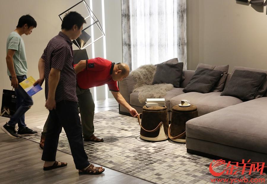 参展家具风格独特吸引各地买家。沙龙国际网站记者 王俊伟 摄