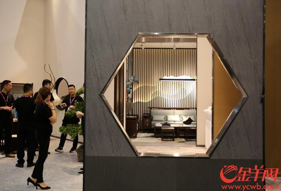 新中式家具抢眼名家具展。沙龙国际网站记者 王俊伟 摄