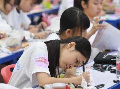 羊城晚报第23届手抄报大赛决赛举行 孩子们沉浸在创作的天地里