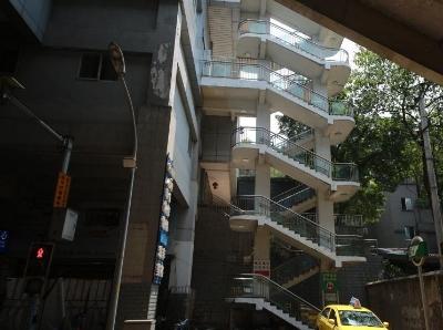 重慶現8D魔幻輕軌站 進站口要爬4層樓120級臺階